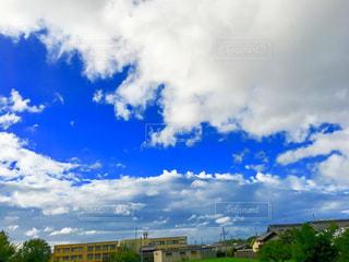 青空と小学校の写真・画像素材[1313450]