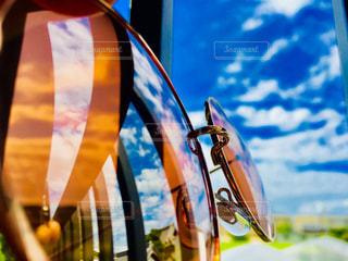 サングラスに映る青い夏空の写真・画像素材[1375997]