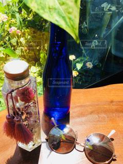 テーブル ワインのグラスとメガネの写真・画像素材[1381862]