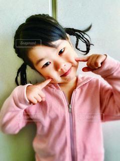ピンク,人物,人,笑顔,ポーズ,ピンク色,お下げ髪