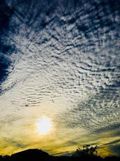 空,秋,屋外,太陽,雲,家,屋根,うろこ雲,オレンジ色,秋空