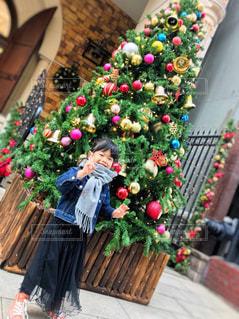 クリスマスツリーの前でピース✌️の写真・画像素材[1541515]
