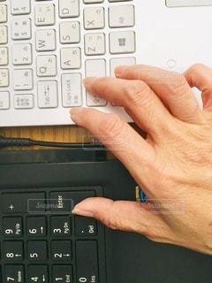 室内,手,パソコン,PC,機械,コンピュータ,2台