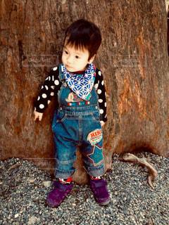 地面に座っている小さな男の子の写真・画像素材[1602226]