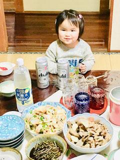 子ども,女の子,テーブル,人物,人,ご飯,夕食,アサヒビール,オカズ
