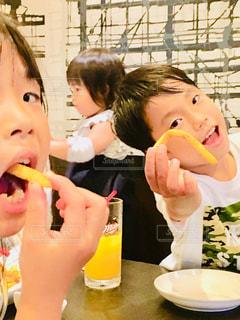 屋内,ジュース,子供,人物,人,食べる,外食,夕食,兄妹,ポテト