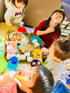 食べ物,ベランダ,子供,女の子,テーブル,おにぎり,人物,人,昼食,ウインナー,食品,ご飯,たこ焼き,男の子