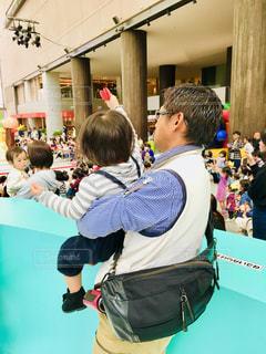 男性,子供,人,シャツ,抱っこ,ショー,人間,ストライプ,メガネ