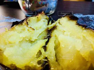 ホクホクあつあつの焼き芋の写真・画像素材[1833448]