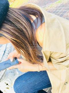 女性,髪,コート,ジーンズ,茶色,ベンチ,スマホ,人,ベージュ,携帯,人間,ベレー,ミルクティーカラー