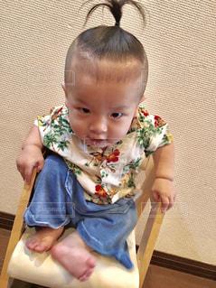 ジーンズ,室内,子供,椅子,人,幼児,男の子,人間,アロハ,半袖,ちょんまげ