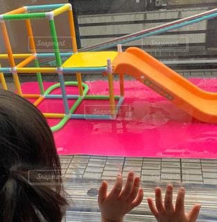 雨,屋外,水,ベンチ,水滴,ベランダ,水面,壁,滑り台,遊具,姉妹,遊び場,雨粒,竿,シート,液滴