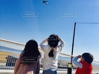 空,後ろ姿,飛行機,子供,女の子,人,空港,柵,野外,男の子,人間