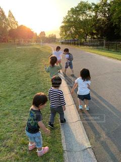公園,後ろ姿,子供,女の子,草,仲良し,道,人,夕陽,男の子,人間