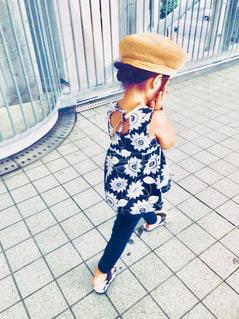 後ろ姿,帽子,子供,女の子,オシャレ,人,地面,人間