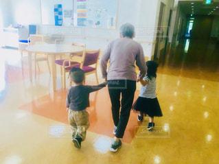 後ろ姿,室内,手,子供,女の子,人,男の子,人間,年寄り