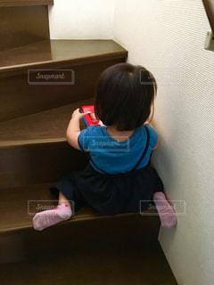 後ろ姿,女の子,人,人間,オモチャ,階段室内