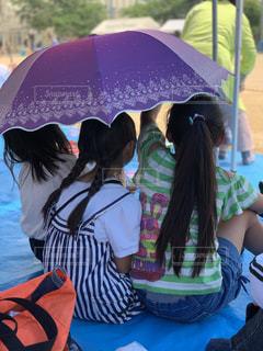 傘,後ろ姿,女の子,人,テント,運動会,運動場,人間,ストライプ,シート,おさげ