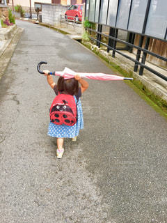 傘,子供,スカート,道,歩道,てんとう虫,野外,ドット,リュック,人間