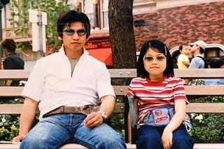 ベンチに座っている男性と女性の写真・画像素材[2178530]