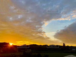 まぶしいくらいの夕陽の写真・画像素材[2437422]