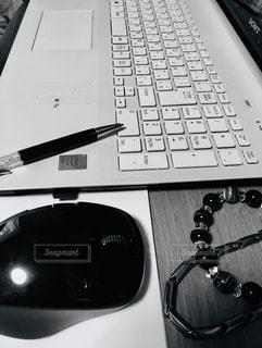 室内,パソコン,ブレスレット,ネックレス,ビジネス,自宅,ボールペン,リモートワーク,ビジネスシーン,カーソル