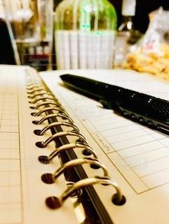 お酒,コップ,ノート,お菓子,バインダー,焼酎,仕事,ビジネス,自宅,ボールペン,デスクワーク,リモートワーク,ビジネスシーン,持ち帰り仕事