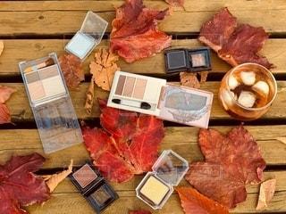 公園,紅葉,枯れ葉,机,美容,ドリンク,コスメ,化粧品,秋色,アイシャドー,おちば樹木