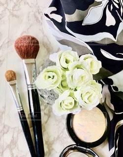花,ワンピース,白,室内,バラ,薔薇,メイク,美容,コスメ,化粧品,ブラシ,造花,チークブラシ,フェイスパウダー,シャドーブラシ