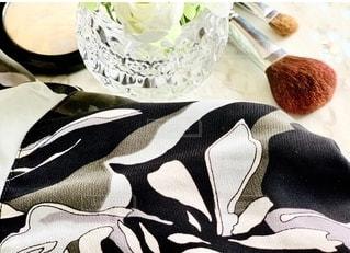 花,ワンピース,白,花瓶,室内,バラ,薔薇,メイク,美容,コスメ,化粧品,ブラシ,造花,チークブラシ,フェイスパウダー,シャドーブラシ