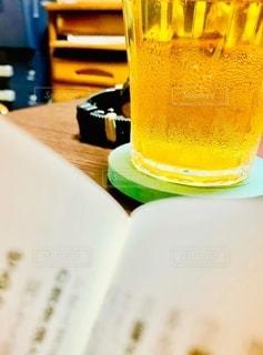 お酒,室内,時計,机,ビール,書類,ペーパー,紙,データ