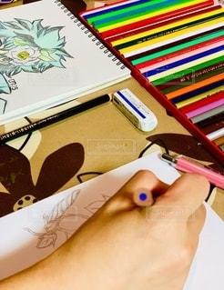 絵,室内,手,人物,人,消しゴム,書類,色鉛筆,ペーパー,紙,人間,スケッチブック,データ