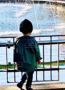 子ども,1人,ファッション,公園,屋外,黒,帽子,水面,毛糸,人物,人,柵,コーディネート,コーデ,手すり,ブラック,冬コーデ,黒コーデ