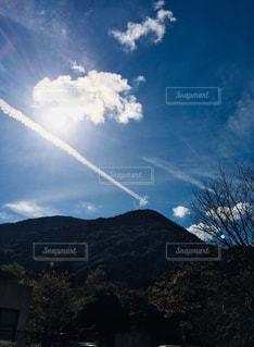 風景,空,屋外,太陽,雲,山,光,樹木,飛行機雲,高原,線,棒状
