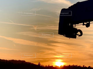風景,空,屋外,太陽,雲,夕暮れ,夕方,オレンジ,光,日の入り,特殊車両