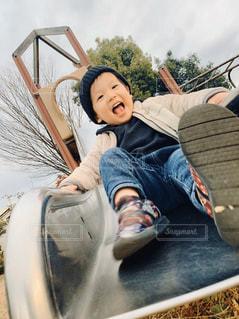 子ども,1人,ファッション,風景,公園,黒,帽子,毛糸,人物,人,滑り台,シャツ,コーディネート,男の子,コーデ,遊び場,ブラック,黒コーデ