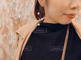 女性,1人,ファッション,風景,黒,紐,バック,人物,壁,人,イヤリング,コーディネート,コーデ,ブラック,黒コーデ