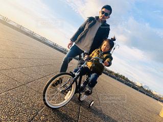 男性,子ども,家族,2人,ファッション,風景,空,自転車,屋外,サングラス,雲,親子,黒,ジーンズ,女の子,人物,人,地面,コーディネート,コーデ,ジャケット,ブラック,黒コーデ