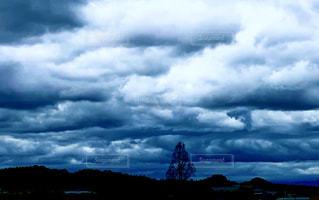 雨上がりの厚い雲の写真・画像素材[3004507]