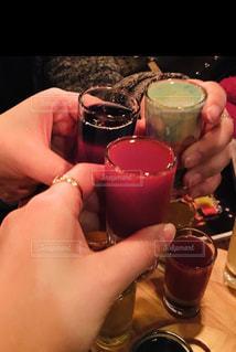 女性,3人,飲み物,屋内,手,人物,人,イベント,グラス,カップ,カクテル,乾杯,ドリンク,パーティー,手元,ソフトド リンク