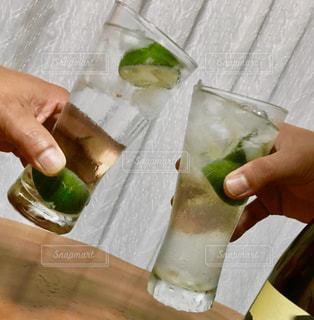 男性,2人,飲み物,お酒,カーテン,手,テーブル,人物,人,イベント,グラス,ライム,焼酎,乾杯,ドリンク,パーティー,手元