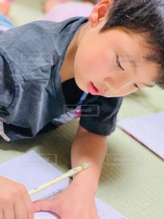屋内,寝転ぶ,ペン,人,畳,男の子,鉛筆,紙,おえかき,おうち時間