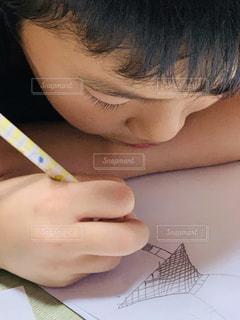 屋内,ペン,人,畳,男の子,鉛筆,手書き,紙,おえかき,おうち時間