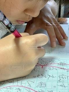 屋内,室内,手,子供,女の子,人,ノート,顔,ドリル,勉強,練習,鉛筆,手書き,人間,自宅,漢字,書く,テキスト,自習,学習,自宅学習,花丸