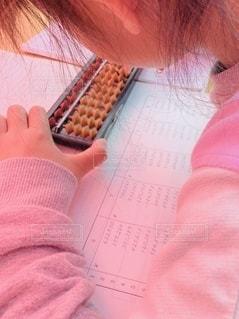 屋外,女の子,机,外,人,テント,勉強,紙,人間,自宅,計算,テキスト,自習,学習,ソロバン,自宅学習