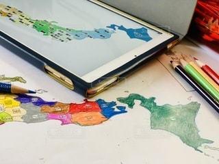 屋内,室内,テーブル,デザイン,ノートパソコン,勉強,色鉛筆,地図,色,手書き,自宅,筆記用具,自習,学習,色使い,静止,覚える,自宅学習