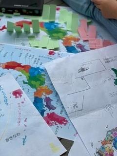 屋内,室内,子供,人,勉強,記憶,地図,手書き,紙,人間,自宅,テキスト,付箋,自習,学習,色塗り,日本地図,覚える,自宅学習