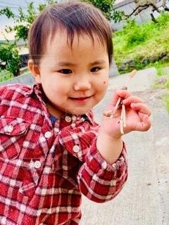 子ども,風景,屋外,かわいい,チェック,手持ち,人物,人,笑顔,地面,ポートレート,つくし,ライフスタイル,手元