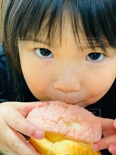 子ども,食べ物,手,景色,少女,パン,指,手持ち,人物,人,顔,食品,食べる,幼児,ポートレート,目,ライフスタイル,メロンパン,手元,物