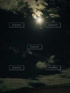 自然,風景,空,屋外,雲,暗い,光,月,屋根,明るい,光る,月見,切れ目,朧月夜,おぼろ月夜